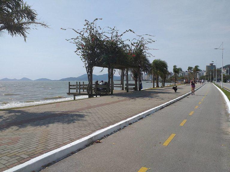 View of the Avenida Beira Mar promenade in Florianópolis