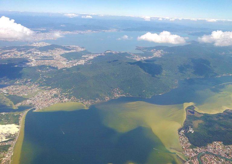 Vista aérea de la ciudad de Florianópolis, con énfasis en Lagoa da Conceição