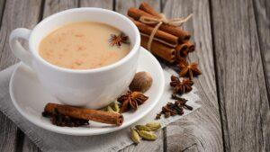 Chai, el té tradicional de la India, se prepara con varias especias.