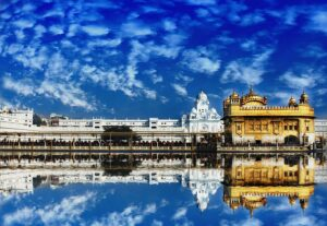 Imagem do Templo Dourado, Golden Temple, na Índia, refletida na agua.
