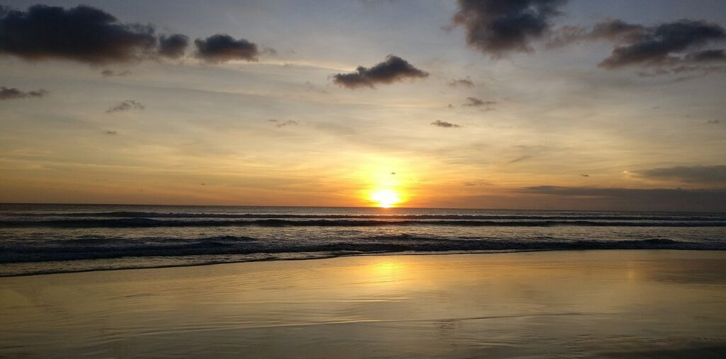 Sunset in Kuta, Bali, Indonesia. Photo part of the text Viagem Barato, part of the site Viajando Fácil