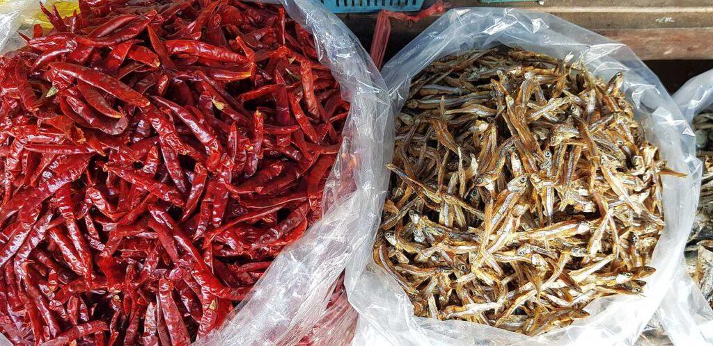 Pimentas e peixes secos - capa do artigo sobre a reabertura do mercado dem Phuket, pós covid-19